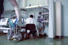 O doutor deve informar o paciente sobre as más notícias imagens de stock
