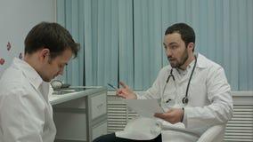 O doutor do mentor não está feliz com resultados de médico video estoque