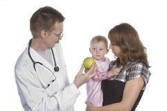 O doutor e a criança pequena das crianças Fotos de Stock Royalty Free