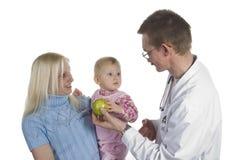 O doutor e a criança pequena das crianças Fotografia de Stock Royalty Free