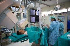 O doutor e o pessoal estão tratando com a angiografia Foto de Stock