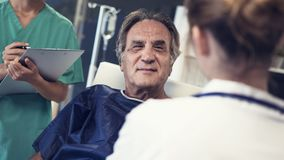 O doutor e o paciente estão falando imagem de stock