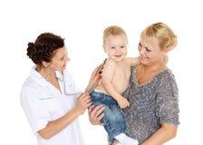 O doutor e pequenos patien. Pediatria. Imagem de Stock
