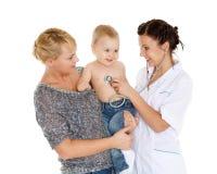 O doutor e pequenos patien. Pediatria. Fotos de Stock