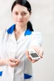 O doutor entrega o telefone móvel imagens de stock royalty free