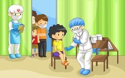 O doutor está examinando o grupo de pessoas com doença do ebola Seu um q Fotos de Stock