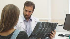 O doutor está examinando o raio X imagem de stock