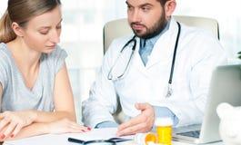 O doutor está falando com paciente da mulher foto de stock royalty free