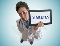 O doutor está mostrando o diagnóstico do diabetes na tabuleta Vista da parte superior fotografia de stock