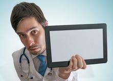 O doutor está mostrando a tabuleta vazia e vazia para o texto feito sob encomenda imagens de stock royalty free