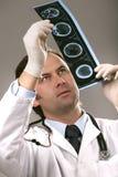 O doutor está verific o raio X Imagens de Stock
