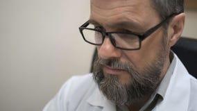 O doutor examina o MRI do c?rebro do paciente vídeos de arquivo