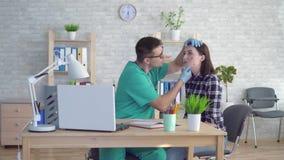 O doutor examina uma jovem mulher com as grandes toupeiras em sua cara filme