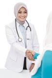 O doutor fêmea asiático agita as mãos com seu paciente imagens de stock royalty free