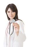O doutor fêmea asiático novo mostra o estetoscópio foto de stock royalty free