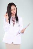 O doutor fêmea era de pensamento e de leitura arquivos Fotografia de Stock