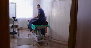 O doutor faz massagens em seu escritório video estoque