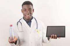 O doutor guarda a mão da água fresca no conceito médico fotos de stock