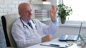 O doutor Image no armário médico faz o sinal que da mão da aprovação um bom trabalho gesticula video estoque