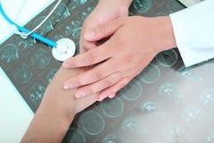 O doutor inspira do paciente Imagens de Stock Royalty Free