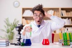 O doutor louco louco do cientista que faz experiências em um laboratório imagens de stock