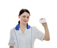O doutor mantem o cartão em branco em sua mão imagem de stock