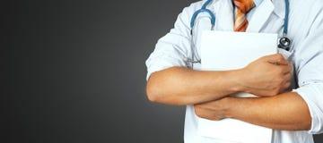 O doutor masculino irreconhecível guarda documentos médicos no fundo cinzento Medicina, cuidados médicos, conceito do seguro foto de stock