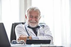 O doutor masculino superior feliz está pensando fotografia de stock royalty free