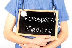 O doutor mostra a informa??o no quadro-negro: medicina aeroespacial Conceito M?DICO fotos de stock
