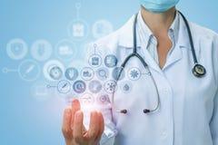 O doutor mostra os ícones do teste e do serviço médico fotos de stock