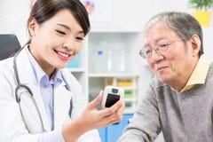O doutor mostra o teste do açúcar no sangue fotos de stock royalty free