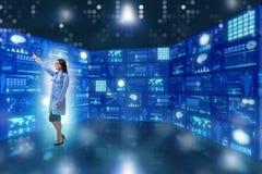 O doutor no conceito da telemedicina que pressiona botões Imagens de Stock Royalty Free