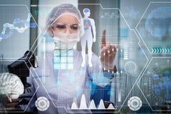 O doutor no conceito médico futurista que pressiona o botão Imagens de Stock Royalty Free