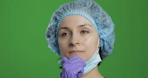 O doutor novo est? pensando Trabalhador médico fêmea adulto que procura uma solução direita vídeos de arquivo