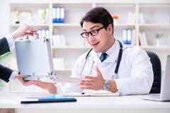 O doutor novo no conceito da fraude do seguro médico foto de stock