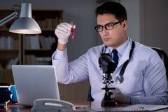 O doutor novo que trabalha tarde no escritório fotos de stock royalty free