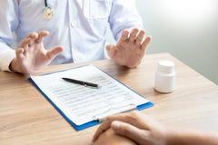 O doutor ou o farmacêutico à intenção da fatura param a proibição das drogas ao paciente fotos de stock