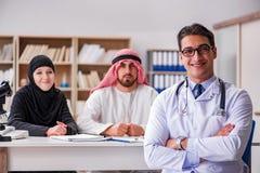 O doutor que consulta a família árabe no hospital fotografia de stock royalty free