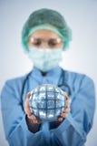 O doutor que guarda a terra no conceito global da medicina Imagem de Stock