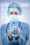 O doutor que guarda a terra no conceito global da medicina Fotos de Stock