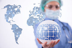 O doutor que guarda a terra no conceito global da medicina Fotografia de Stock Royalty Free