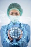 O doutor que guarda a terra no conceito global da medicina Foto de Stock