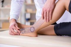 O doutor que verifica a flexibilidade comum dos pacientes foto de stock