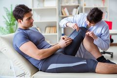 O doutor que verifica pacientes articula a flexibilidade com gonimeter imagens de stock royalty free