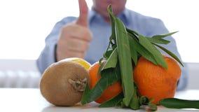 O doutor recomenda substituir médico consome comprimidos com cura das vitaminas dos frutos video estoque