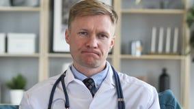 O doutor Shaking Head To discorda com o paciente vídeos de arquivo