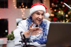 O doutor trabalha na véspera do ` s do ano novo Pôs sobre um chapéu do ` s do ano novo e falou no vídeo Imagens de Stock
