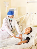 O doutor trata o paciente com o estetoscópio. Fotografia de Stock