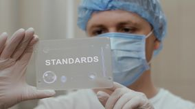 O doutor usa a tabuleta com padrões do texto filme