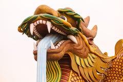O dragão chinês gigantesco na cidade de China, na SK azul fotografia de stock